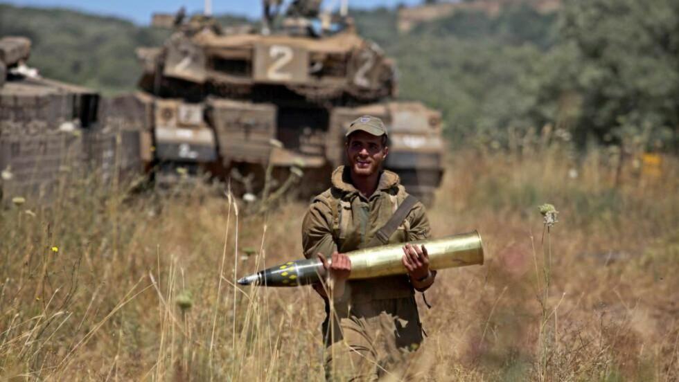BOMBET: Israelske soldater på Golanhøyden har bombet mål i Syria. Foto: EPA/ABIR SULTAN