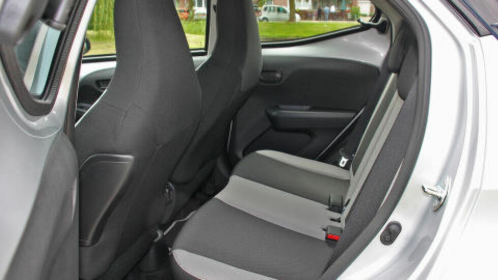 OGSÅ BEGRENSET: Smale legger er en fordel for den som skal smette ned i baksetet, selv om plassen er bra i forhold til bilstørrelsen. Foto: KNUT MOBERG / DINSIDE.NO