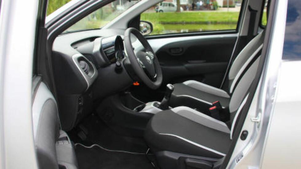 FØRERMILJØ: Pent og oversiktlig interiør, selv om materialbruken gjenspeiler at dette er en billig bil. Foto: KNUT MOBERG / DINSIDE.NO