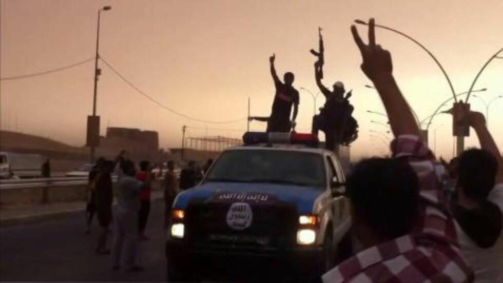 HAR INNTATT STORE OMRÅDER: Dette bildet skal ifølge nyhetsbyrået AFP vise feirende soldater fra Den islamiske staten Irak og Levanten (ISIL), etter de inntok byen Mosul i Irak. ISIL har varslet at Bagdad er deres neste mål. Foto: Youtube / Ho / AFP Photo / NTB Scanpix