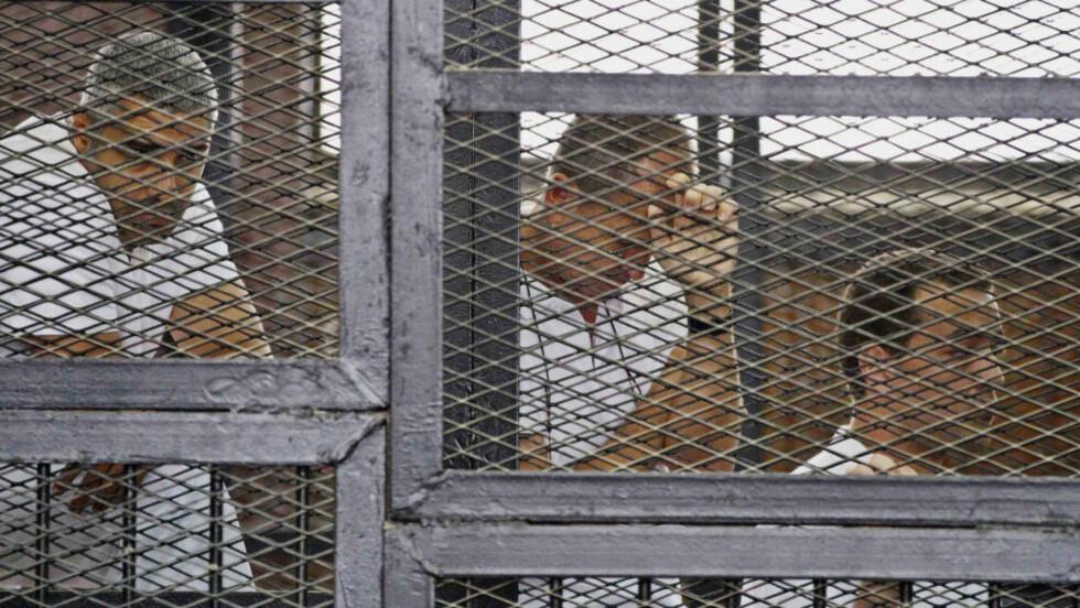 DØMT: De tre journalistene Mohammed Fahmy (f.v.), Peter Greste og Baher Mohamed ble i dag dømt til sju års fengsel i Kairo. Foto: AP Photo/Hamada Elrasam/NTB scanpix
