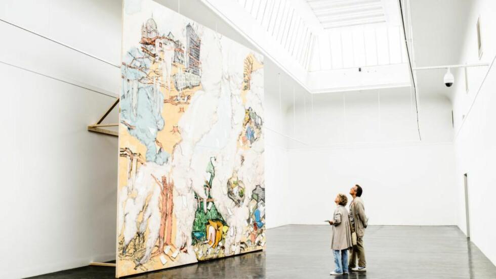 ANMELDT: Maleriet «To Everything There is a Season» av Vanessa Baird på Kunstnernes Hus. Publikum på bildet: Kristin Kranstad og Joe Siri Ekgren.