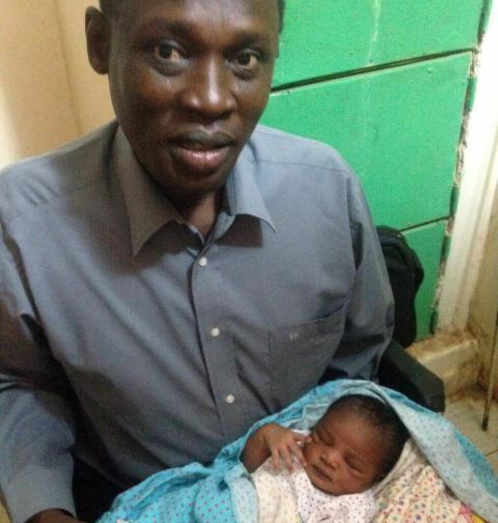FIKK DATTER I FENGSEL:  Dette bildet viser den dømte kvinnens mann, Daniel Wani, med deres nyfødte datter Maya. Foto: Privat / HP / AFP Photo / NTB Scanpix