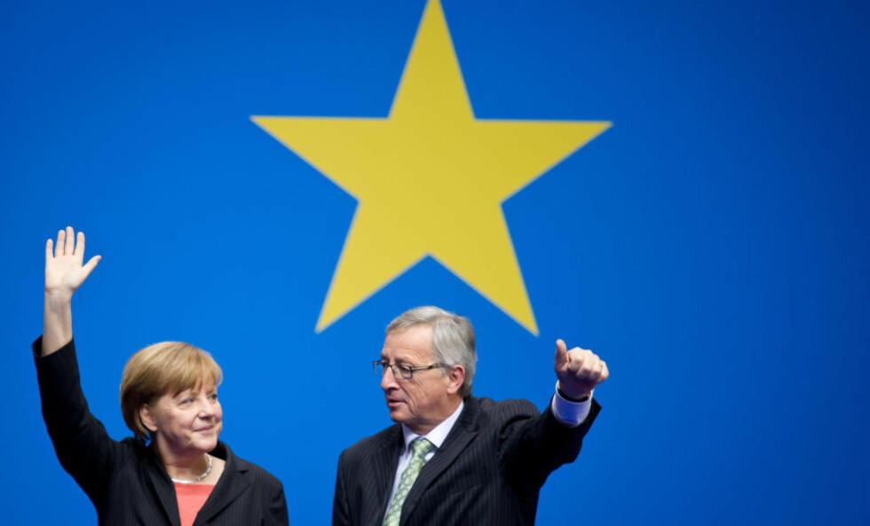 POLITISK RINGREV: Den tyske forbundskansleren Angela Merkel og Luxemburgs tidligere statsminister, Jean-Claude Juncker. Merkel sto imot presset fra den britiske statsministeren David Cameron og støtter Juncker i kampen om å bli ny president i EU-kommisjonen. Under press fra EU-motstanderne på hjemmebane står Cameron stadig mer aleine i EU. FOTO: AP / Scanpix /dpa, Daniel Naupold