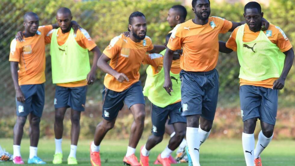 KAN GÅ VIDERE:  Elfenbenskystens spillere før siste kamp i gruppespillet. Foto: NTB Scanpix
