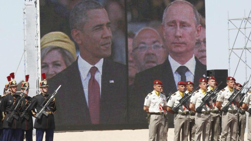 PRATET PÅ TELEFON: Barack Obama og Vliadimir Putin, her avbildet på storskjerm under markeringen av 70-årsdagen i Normandie tidligere i år. Foto: CHRISTOPHE ENA / EPA / NTB Scanpix