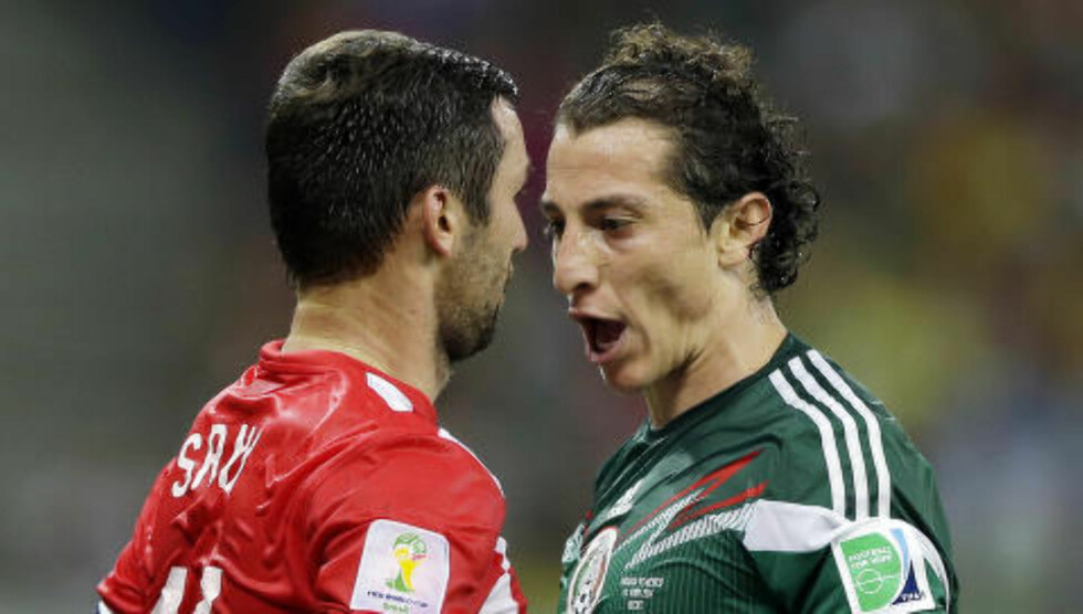 AMPERT: Darijo Srna og Andres Guardado i én av mange konfrontasjoner mellom spillere fra de to lagene. Foto: AP Photo/Ricardo Mazalan/NTB Scanpix