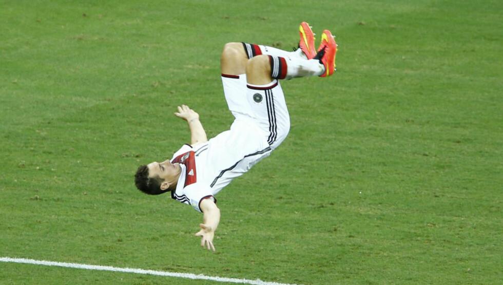 MESTSCORENDE: Miroslav Klose var ikke like smidig og grasiøs som han var under VM i 2002 da han feiret 2-2-scoringen mot Ghana med salto, men veteranen håper å kunne feire en scoring eller to til iløpet av VM i Brasil. Nå vil han ha tittelen som VMs toppscorer gjennom tidene alene. Foto: REUTERS/Mike Blake/NTB Scanpix