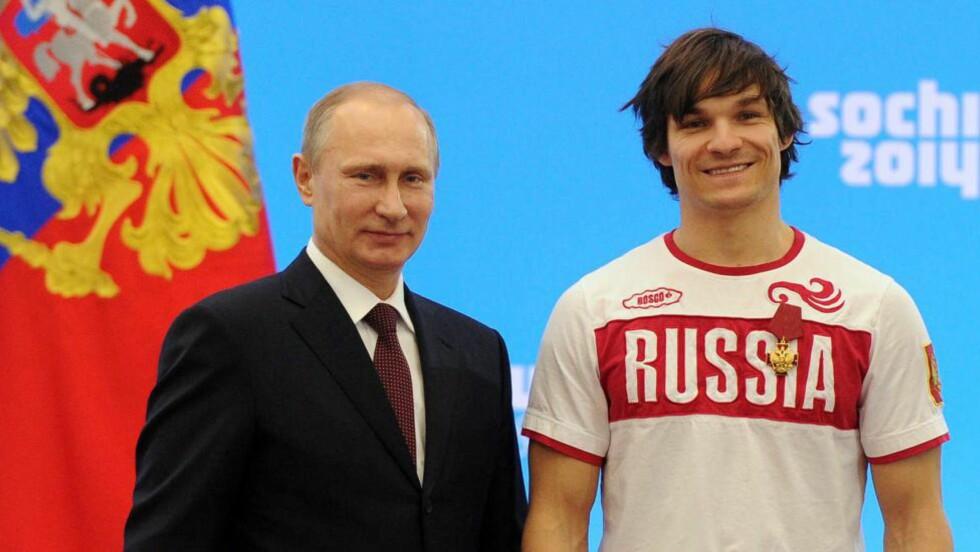 <strong>NY RUSSER:</strong>  Vladimir Putin poserer med den nye russeren Vic Wild. Amerikaneren giftet seg russisk, skiftet pass og vant to OL-gull for sitt nye land i snøbrett. FOTO: AFP PHOTO/ RIA-NOVOSTI/ POOL / MIKHAIL KLIMENTYEV