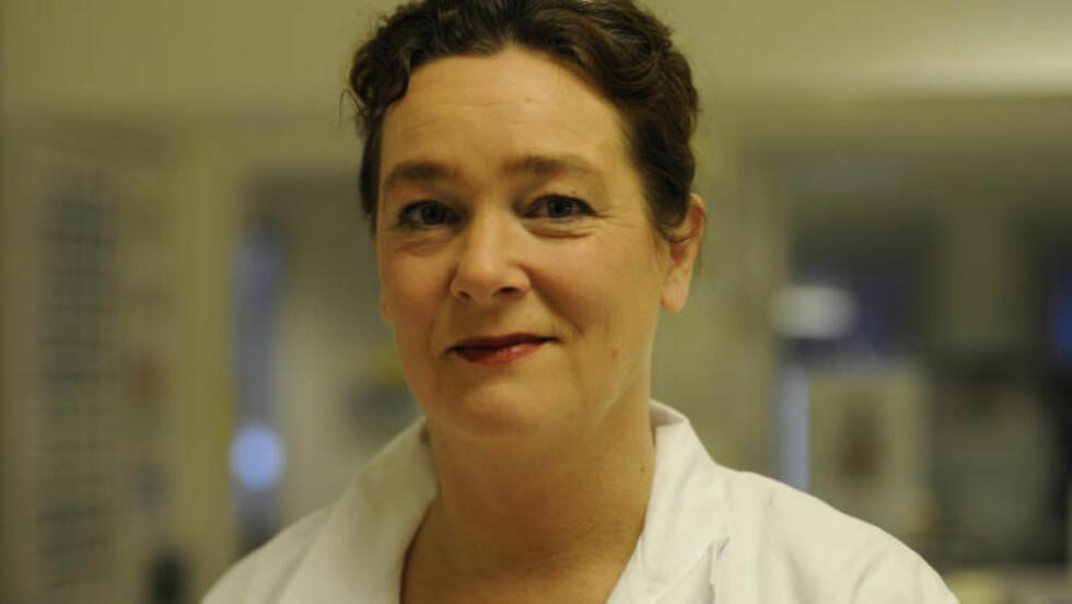 SKEPTISK: Leder ved Flåttsenteret ved Sørlandet sykehus sier det er for lite forskning på den type behandling Monsen har gjennomgått, og at den kan føre til alvorlige bivirkninger. Foto: Irene Svozilik / Sørlandet sykehus