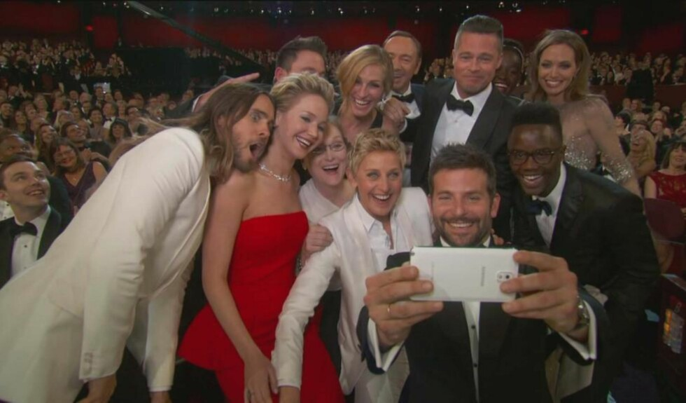 REKORD: Her blir verdens mest retweetede bilde tatt av Bradley Cooper. Alle foran linsa er store filmstjerner, bortsett fra broren til Lupita Nyongo helt til høyre. Foto: Stella Pictures