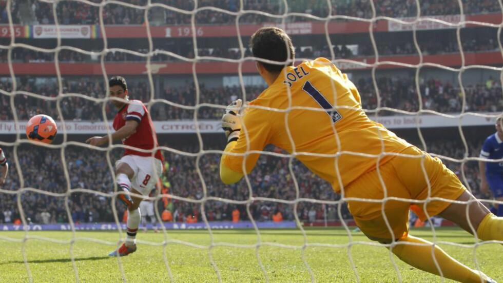 TO STRAFFER:  To ganger måtte Mikel Arteta overliste Joel i Everton-buret. Foto: EPA/TAL COHEN/NTB Scanpix.