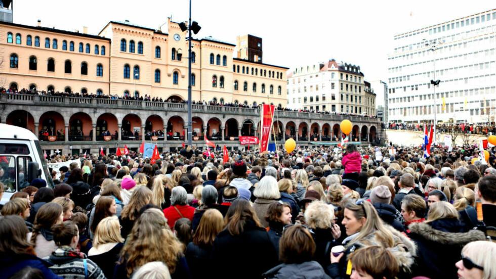 TI GANGER FLERE ENN I FJOR: 10 000 - 15 000 personer gikk i 8. mars-tog i Oslo i dag. Foto: Christian Roth Christensen / Dagbladet.
