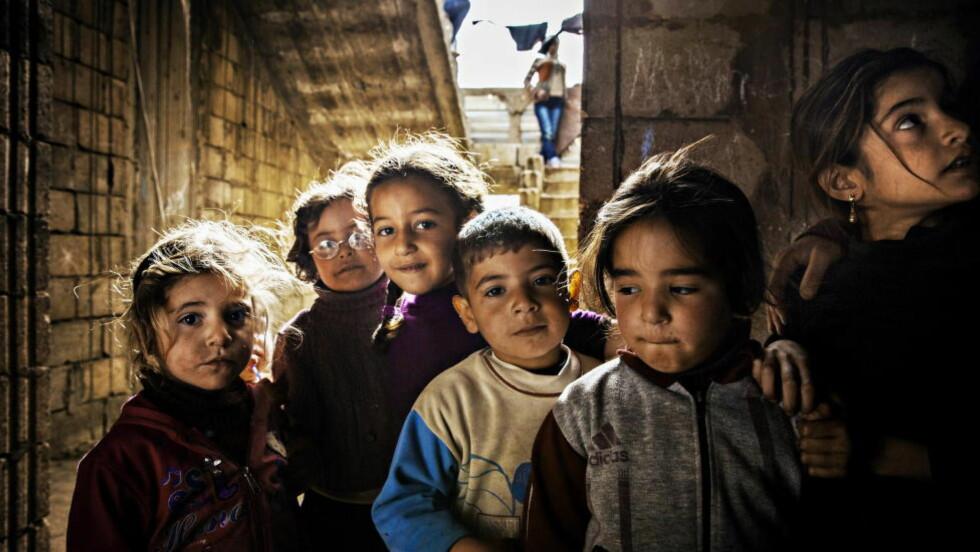 PÅ FLUKT FRA BOMBEFLYENE: For tre år siden levde disse barna helt vanlige liv i en forstad til Syrias hovedstad Damaskus. Nå bor de tett i tett i en halvferdig og kald murbygning i Bekaadalen i Libanon, på flukt fra borgerkrigen i Syria. Foto: JØRN H. MOEN