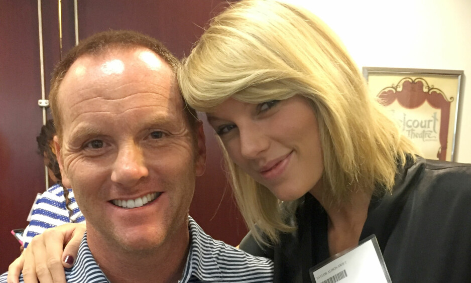FIKK SELFIE: Bryan Merville stilte i likhet med Taylor Swift opp til jurytjeneste i Nashville, Tennessee i går. Merville grep sjansen og sikret seg en selfie med superstjerna. Foto: Bryan Merville / AP / NTB Scanpix