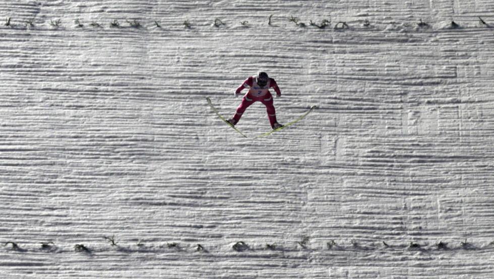 SØLV: Anders Bardal i svevet som tok ham fra tredje- til andreplass i andre omgang i går. Dagens tredje og fjerde omgang i Harrachov ble avlyst på grunn av vind, og Bardal tok dermed VM-sølv i skiflyging. Foto: David W. Cerny, Reuters / NTB Scanpix