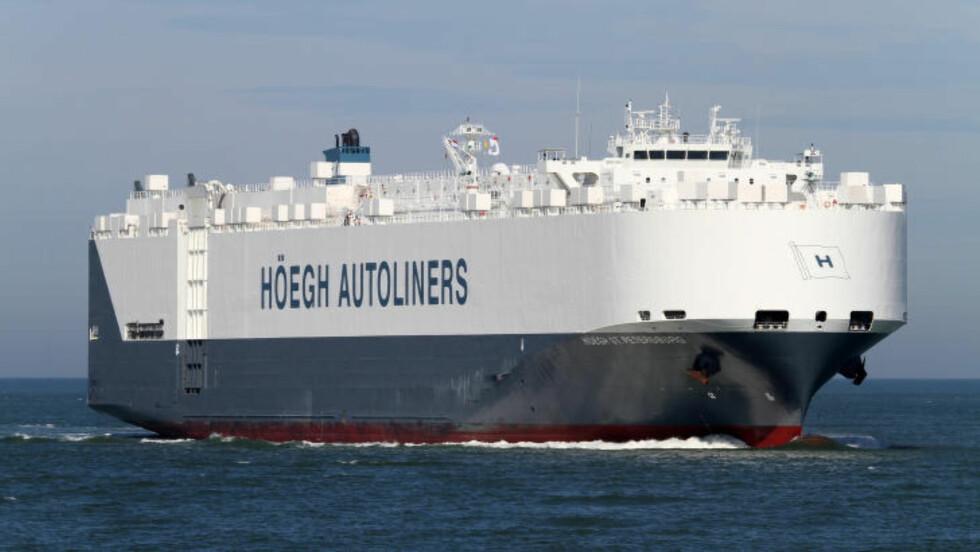 PÅ PLASS I SØKEOMRÅDET: Billasteskipet Höegh St. Petersburg er fremme i søkeområdet i det indiske hav. Foto: Höegh