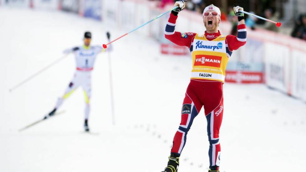 TIL TOPPS: Martin Johnsrud Sundby avsluttet sesongen med seier i Falun, og deretter en heidundrende fest i Sverige. Foto: AFP PHOTO/JONATHAN NACKSTRAND/NTB Scanpix