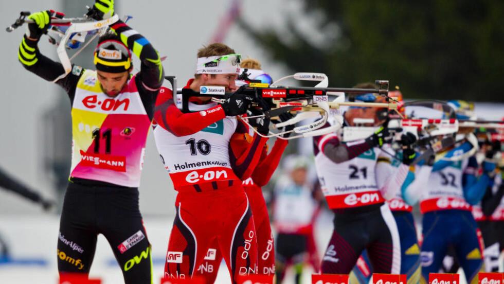 DUELLANTER: Emil Hegle Svendsen (andre fra venstre) tror ikke Martin Fourcade (til venstre) får suksess i langrennssporet neste sesong. Foto: Vegard Grøtt / NTB Scanpix