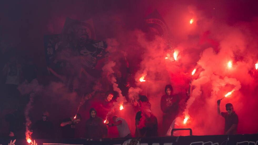 ULOVLIG: Bluss ble brukt før kampstart mellom Vålerenga og Sarpsborg 08 på Ullevaal stadion i fjor sommer. Vålerenga som arrangør ble straffet med bot. Foto: Aleksander Andersen / NTB Scanpix