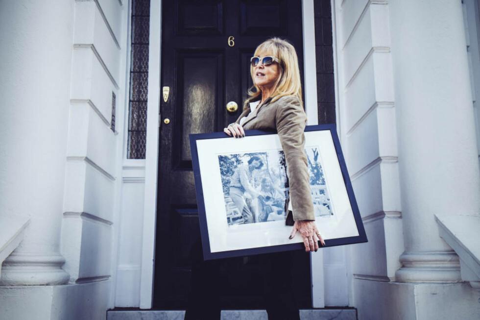 UT PÅ TUR: Pattie Boyd var tidlig opptatt av transcendental meditasjon og spilte en sentral rolle i å introdusere Marharishi Mahesh Yogis filosofi for The Beatles. Bildet av George Harrison og Maharishi, som er med på utstillingen i Trondheim, tok hun i Rishikesh i 1968 og har det på veggen hjemme i Kensington. Foto: MORTEN RAKKE