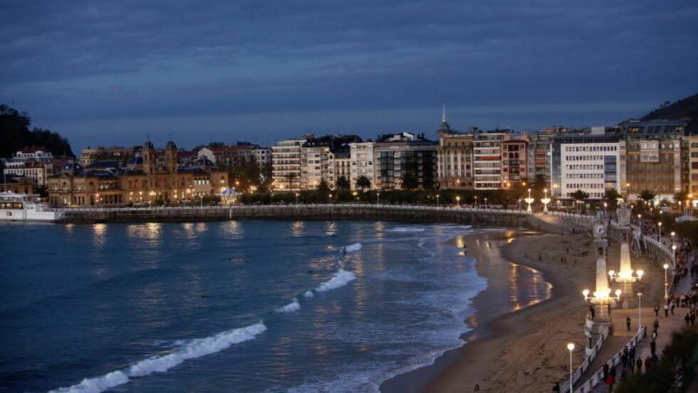 FULL AV STJERNER: San Sebastian er byen med flest Michelin-restauranter i forhold til innbyggertallet.  Dette er fra bystranda  Playa de La Concha, med strandpromenaden og utsikt mot gamlebyen.   Foto: Mette Møller