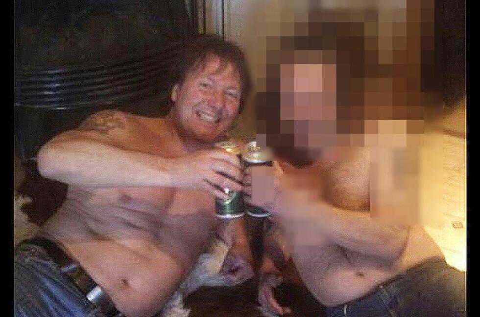 FEIRET PÅ KUSKINNET: Oslo-mannen og Svein Østvik feiret med en pils på kuskinnet i mannens stue da de to var blitt kolleger i Zeek Rewards. Foto: Privat