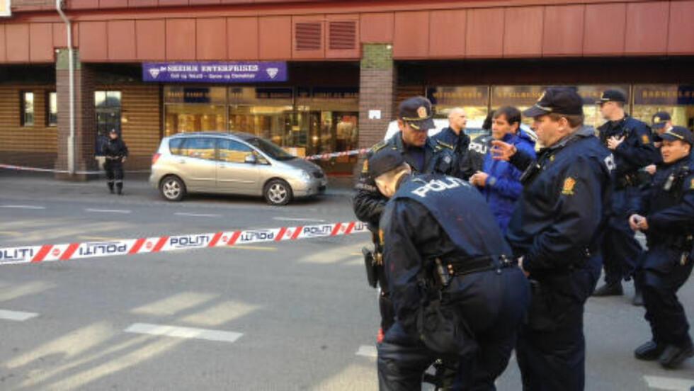 STORE POLITISTYRKER: Bevæpnet politi i stort antall jakter nå ranerne. Foto: Frank Karlsen