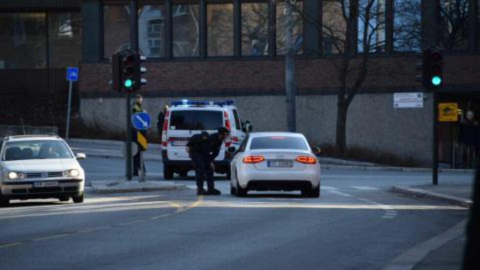 STOPPER BILER: Politiet stopper biler på jakt etter ranerne. Foto: Øyvind Edvartsen