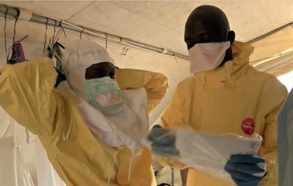 BESKYTTER SEG:  Medarbeidere i Leger Uten Grenser må ikle seg fullt verneutstyr når de behandler ebolasyke byen Guéckédou; sykdommen er svært smittsom. Foto: LEGER UTEN GRENSER / AFP / NTB SCANPIX
