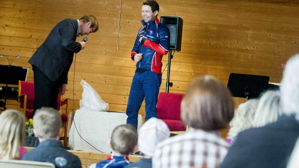 ÆRESMEDLEM: Her blir Ole Einar Bjørndalen tatt opp på scena og hyllet som æresmedlem i Simostranda i kveld.  Foto:Thomas Rasmus Skaug / Dagbladet