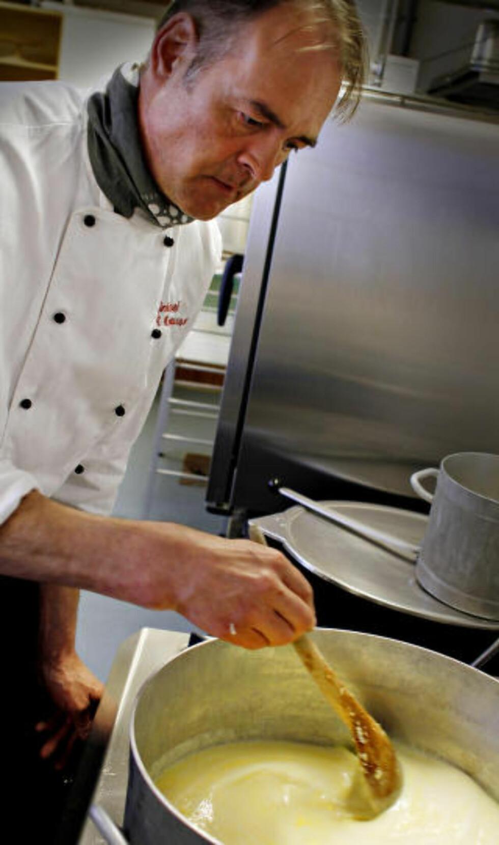 SETERRØMME:Kjøkkensjef Kjell André Magnussen forteller at sommerens overskudd av feit rømme fryses og brukes til grøt. Foto: OLE C.H. THOMASSEN