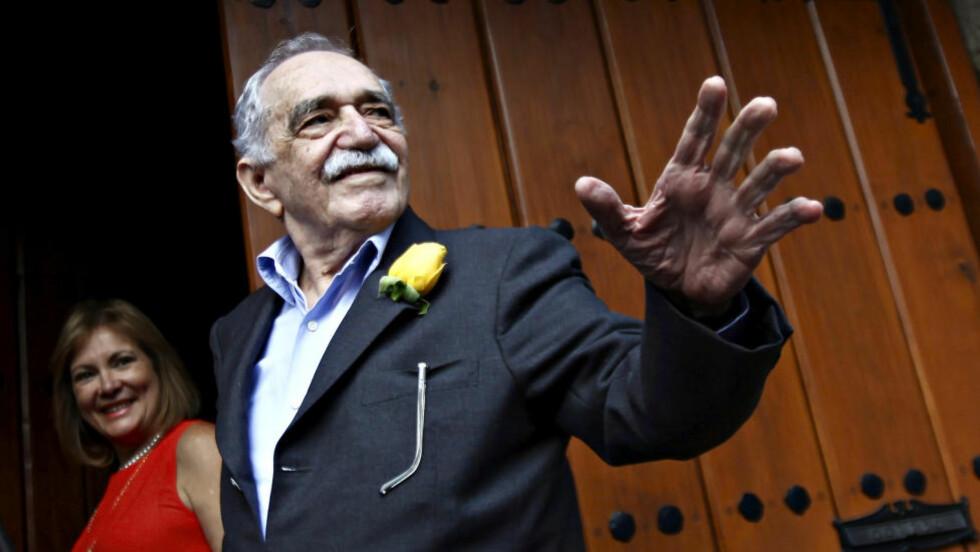 <strong>PÅ BURSDAGEN:</strong>  Gabriel Garcia Marquez hilser journalister og naboer på 87-årsbursdagen sin utenfor huset sitt i Mexico City i mars. Han omtales som «en åttiårig titan» i latinamerikansk litteratur. Nå er han innlagt på sykehus. Foto: REUTERS/Edgard Garrido