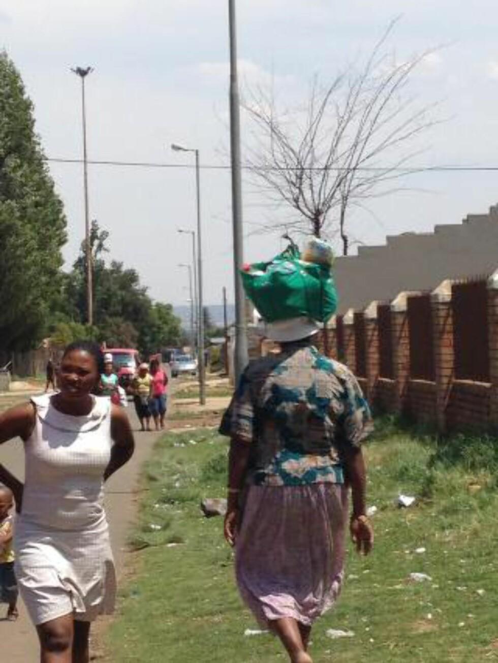 HANDLETUR: Kvinner bærer tunge kurver med innkjøpet på hodet. Foto: MIRIAM KEILBACH
