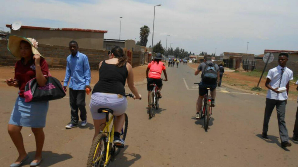 UTELIV: I Soweto er folk på gatene hele dagen, så det er lett å komme i kontakt med dem. Foto: SOWETO CYCLE VISITS