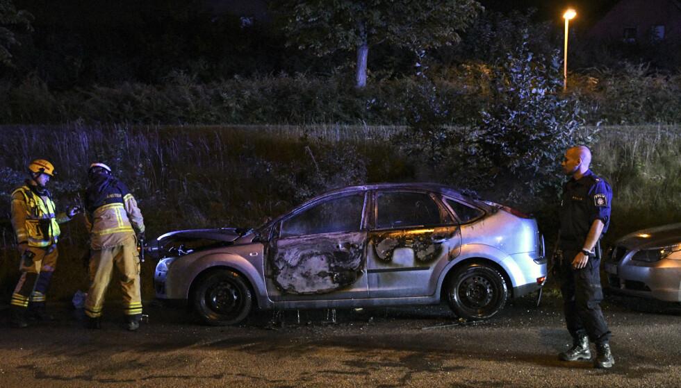 NY BØLGE: Minst ti biler ble satt i brann søndag kveld i Malmö. Også i august, som her på bildet, måtte brannvesenet ut for å slukke bilbranner. Foto: Johan Nilsson / TT