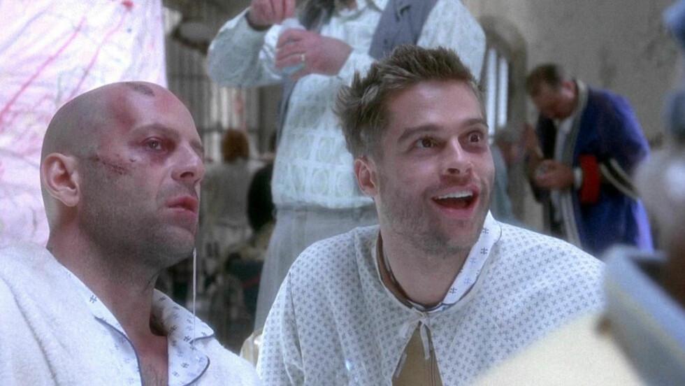 HØYT SPILL: Å gjøre tv-serie av «12 Monkeys», som hadde Bruce Willis og Brad Pitt på rollelista, kommer til å skaffe kanalen SyFy mye oppmerksomhet - men når originalen har en så spesiell plass i mange filmelskeres hjerter legges også lista høyt. FOTO: PROMO