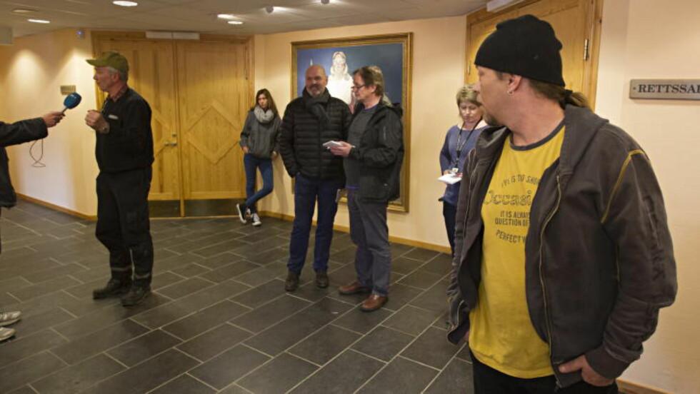 OVERRUMPLET:  Rovdyrtalsmann Dag Bjørndal hører på Mellems beskrivelse av han som en angiver utenfor rettslokalene i Elverum i går. FOTO: TORBJØRN BERG/DAGBLADET.