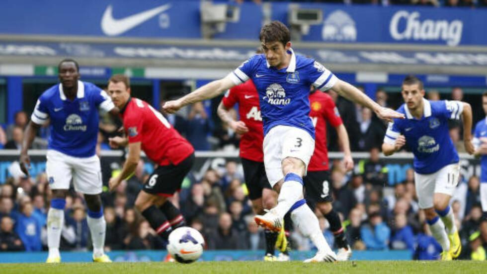 1-0: Evertons Leighton Baines setter inn 1-0 fra straffemerket. Foto: REUTERS/Darren Staples