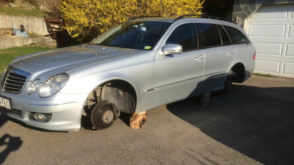 PÅ TREKLOSSER: Slik fant Håkon Ingvaldsen bilen sin i dag morges da han skulle på jobb. Foto: PRIVAT
