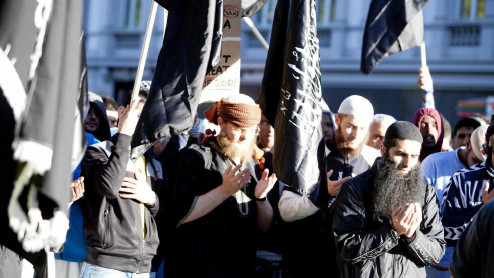 ADVARER: På Islam Nets årlige konferanse advarte nylig dr. Yasir Qadhi mot ekstremister som Profetens Ummah. Her demonstrerer gruppa foran den amerikanske ambassaden i 2012, Irfan Bhatti til høyre. Foto: Sara Estiri/ Dagbladet
