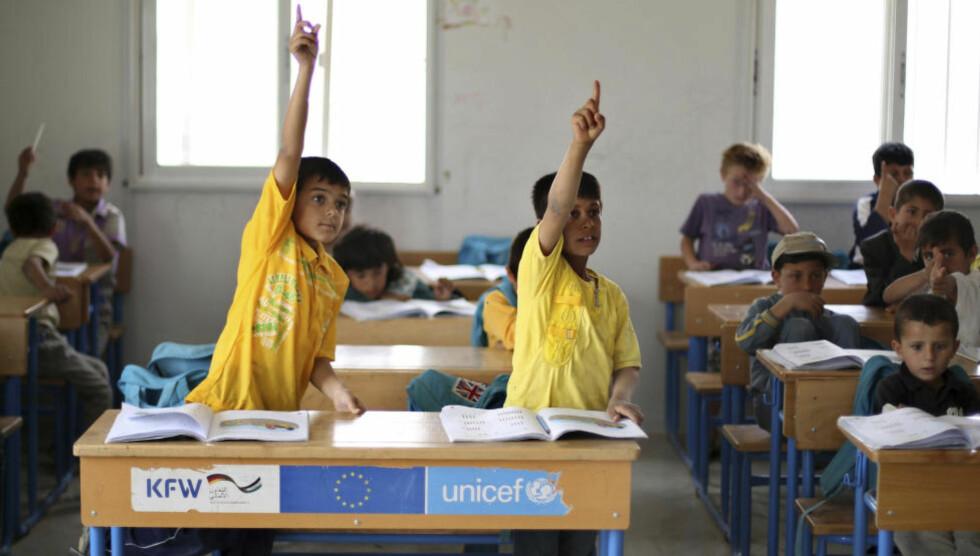 TUSEN DAGLIG: «Mens Libanon tar imot mellom tusen og to tusen flyktninger hver dag, har Norge varslet at vi kan ta imot tusen overføringsflyktninger fra Syria», skriver artikkelforfatterne. Bildet er fra en flyktningeleir. Foto: Muhammad Hamed / Reuters / NTB Scanpix