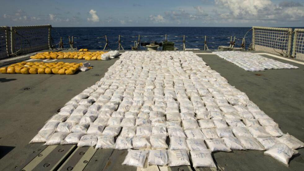 OVER ETT TONN HEROIN: Bilder som nå er offentliggjort viser beslaget mannskapet på den australske fregatten HMAS Darwin foretok på en dhow i Det indiske hav onsdag. Men smuglerne slipper etter alt å dømme straff. Foto: EPA / NTB scanpix