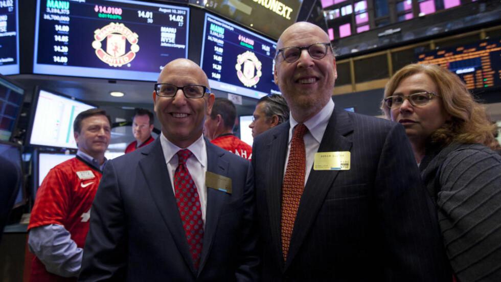 RIKE: Joel Glazer og broren Avram Glazer smilte bredt da de lanserte Manchester United-aksjer på New York-børsen i fjor sommer. Et Sotsji-OL koster drøyt 17 ganger så mye som Manchester United. Foto: AP/Jin Lee/NTB Scanpix