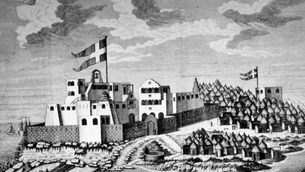VÅR FORTID: Dette gamle stikket viser det dansk-norske slavefortet Christiansborg i det som nå er Ghanas hovedstad Accra. Illustrasjon: Wikimedia Commons