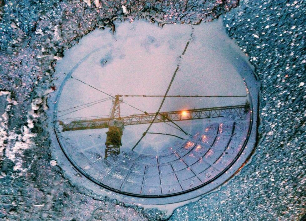 SØLEPYTTKUNST:  Fotograf  Anton Soggius sølepyttbilder fra Oslos gater kan få deg til å endre oppfatning av regnet. Foto:  Anton Soggiu