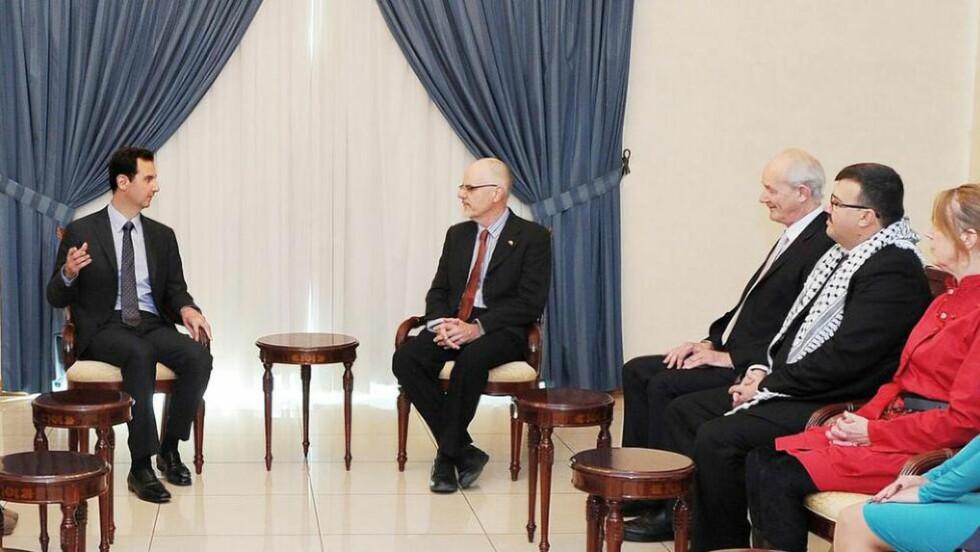 KONTROVERSIELT MØTE:  Her er Julian Assanges far, John Shipton, i møte med Syrias president, Bashar al-Assad. Foto: Twitter