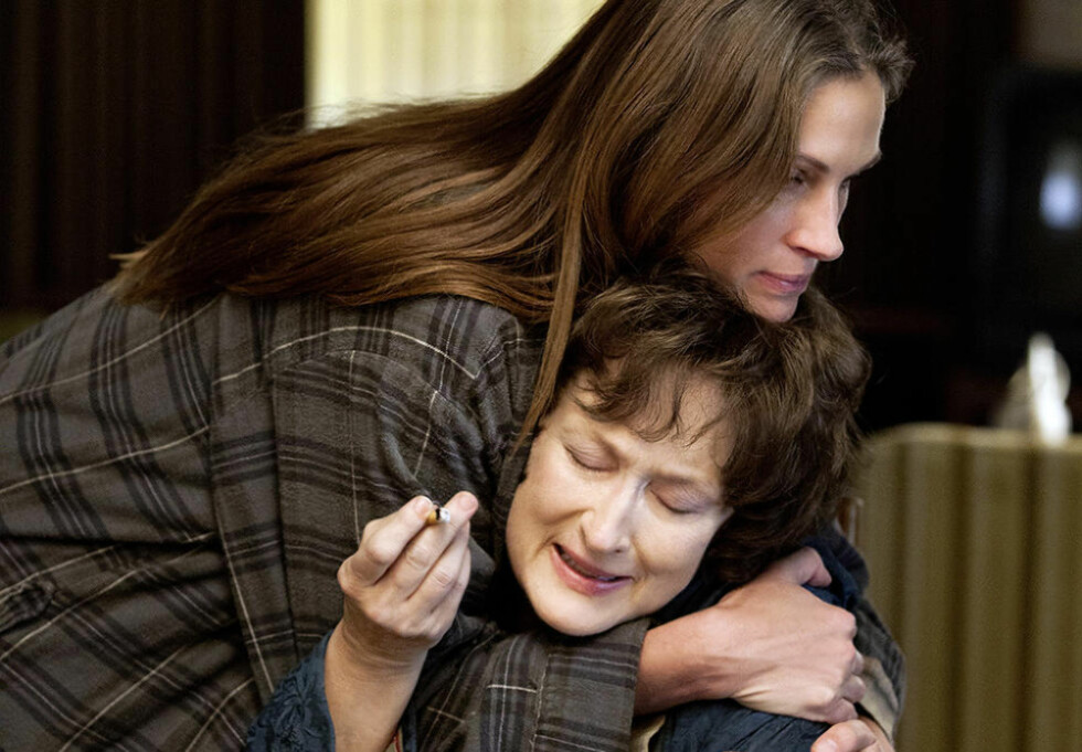 I KAMP: Julia Roberts tar kveletak på Meryl Streep. De to store filmskulespillerne spiller i samme film. Foto: FILMWEB