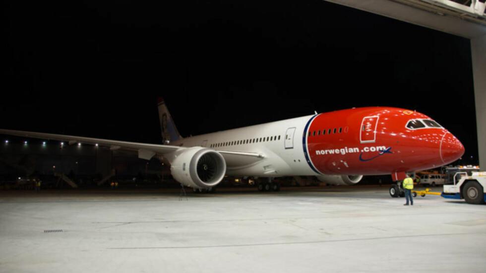 INGEN DRØM AKKURAT:  Norwegians nye Dreamliner-fly har altfor ofte blitt stående på bakken og forårsaket lange forsinkelser for passasjerene. Foto: Norwegian