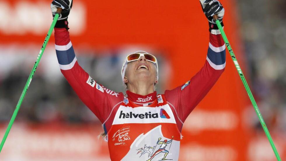 I TET: Astrid Uhrenholdt Jacobsen har festet grepet om Tour de Ski-seieren. I dag vant hun jaktstarten i italienske Toblach.Foto: EPA/ANDREA SOLERO/NTB Scanpix